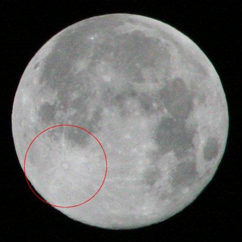 Die Verschlusszeit von 1/2500 bei ISO1600 zeigt den Mond relativ dunkel, dafür sind vereinzelte Krater zu erkennen. Im Bild rot eingekreist ein sehr gut sichtbarer Krater, bei dem es sich um Copernicus, einen großen Mondkrater mit einem Durchmesser von mehr als 90 Kilometer handeln könnte
